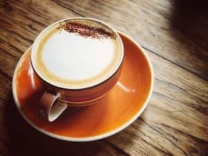 Cappuccino Zubereitung in der Tasse
