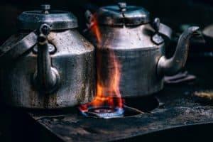 Heißes Wasser für das Kaffeemehl: Mit einem Topf oder Wasserkocher