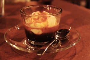 Affogato al caffe Rezept u. Zubereitung mit einer Eiskugel