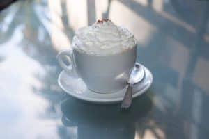 Pharisäer Kaffee mit einer Sahnehaube in einem Becher bzw. einer Tasse