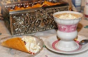 Wiener Melange Zubereitung. Ein originales Kaffee Rezept mit leckerer Beilage