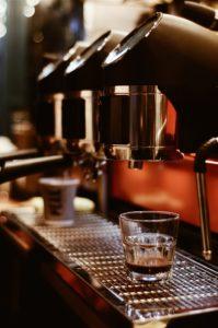 Rüdesheimer Kaffee Set - zuerst kochen, dann in Kaffeetassen geben