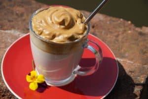Dalgona Kaffee Rezept - in Glasbecher